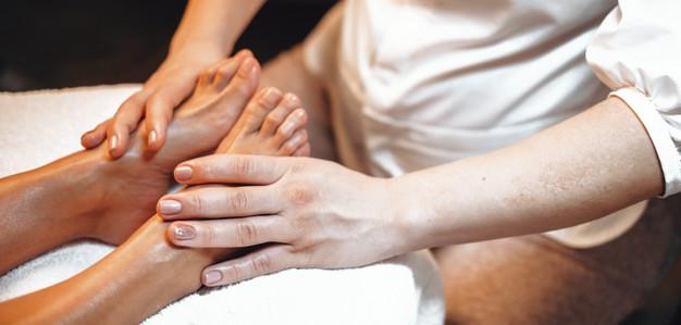 cómo se hace el masaje de pies, reflexología podal