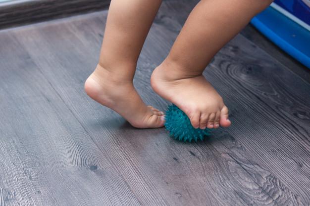 masaje de pies niño con pelota, massage ball, reflexología pies bebes