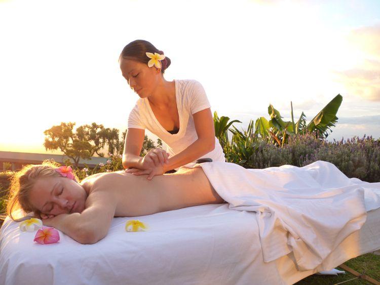 Realizando el masaje lomilomi